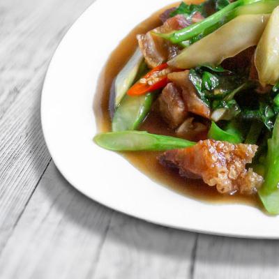 Thai Brokkoli mit Schweinebauch (Khana Mugob)